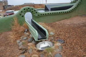 Foto: Am Dach des Earthships wird das Regenwasser gesammelt