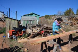 Foto: eine Frau misst Holzbretter ab