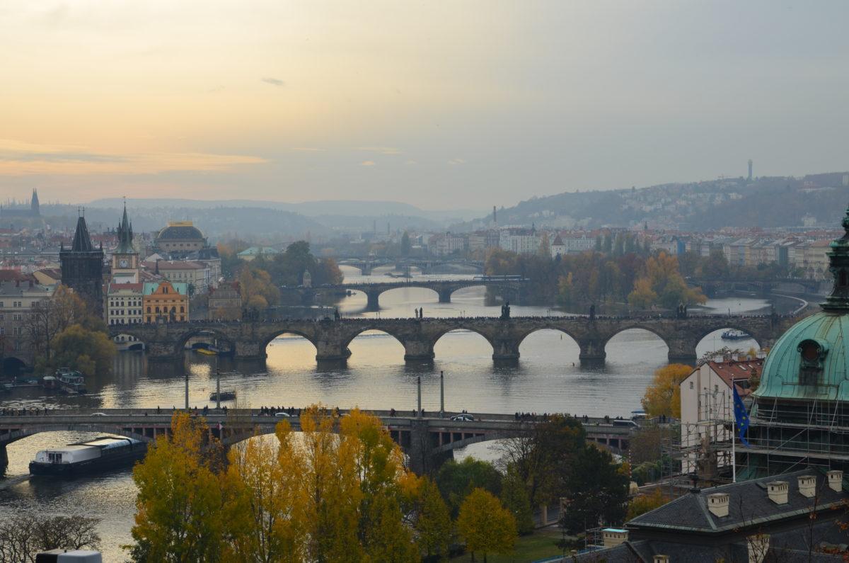 Aussicht auf die Brücken von Prag vom Letna Park aus